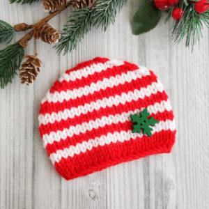 шапочка полосатая бело-красная с зеленой снежинкой