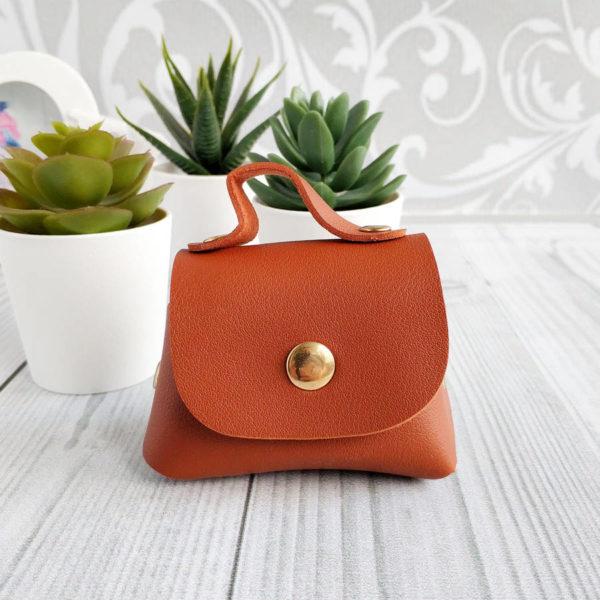 сумка на кнопке коричневая