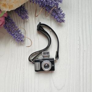 фотоаппарат черный на ремне